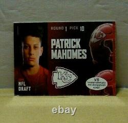 2017 Patrick Mahomes Hand signed autograph Rookie Card NFL. WithCOA MINT