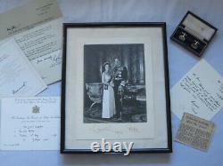 Une Main Très Rare Signée La Reine Elizabeth II Et Le Prince Philip